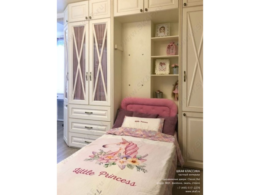 Классический шкаф для детской комнаты с распашными дверьми из МДФ со вставками стекла