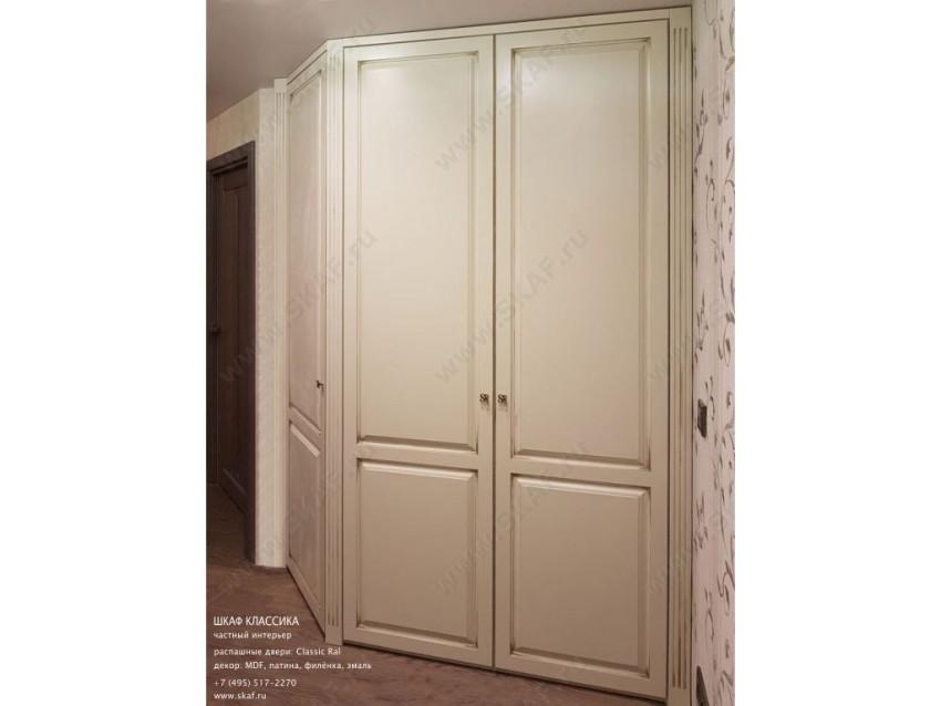 Угловой классический шкаф для коридора или холла с распашными дверьми из МДФ, декорированный патиной